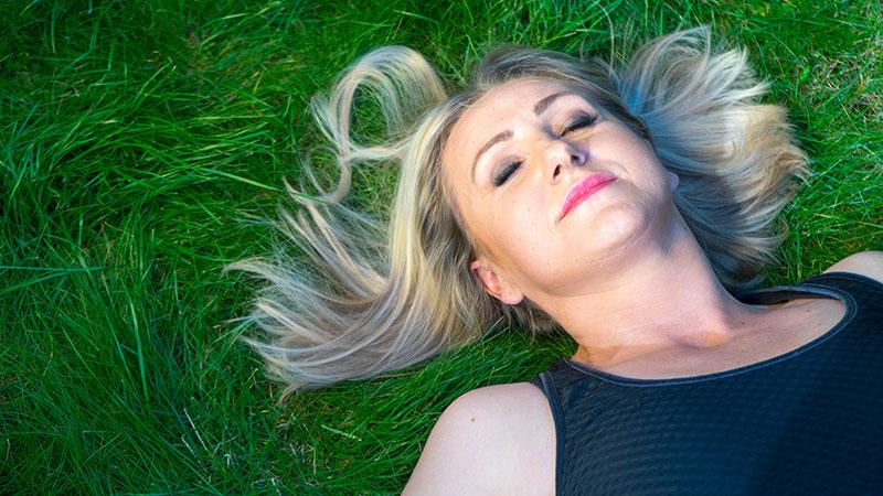 KaJa - Katharina Janowska - liegend im Gras